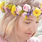 Blomsterkrans i håret – sommerens gladeste og vakreste trend