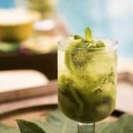 Alkoholfri drink med kiwi og mynte
