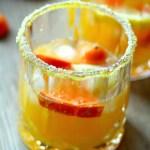 Gyllengul punsj eller sangria med sitrusfrukter til festen