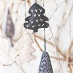 Sy julepynt: Små juletrær av filt med enkle broderier