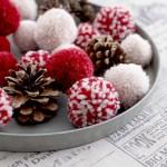 Klassiske pomponger av garn som juledekorasjon