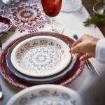 Nostalgisk festbord i dype rødtoner og blendende hvitt
