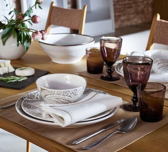 BORDDEKKINGSTIPS Bord i varme nyanser av brunt og vinrødt