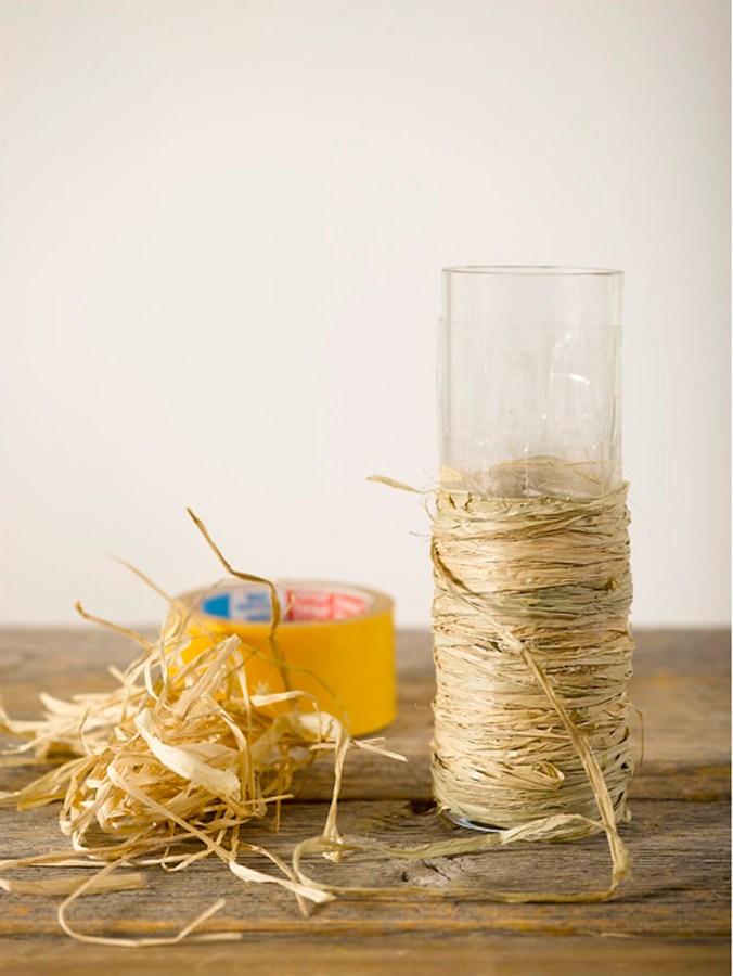 Lag en vase av kvister og bast