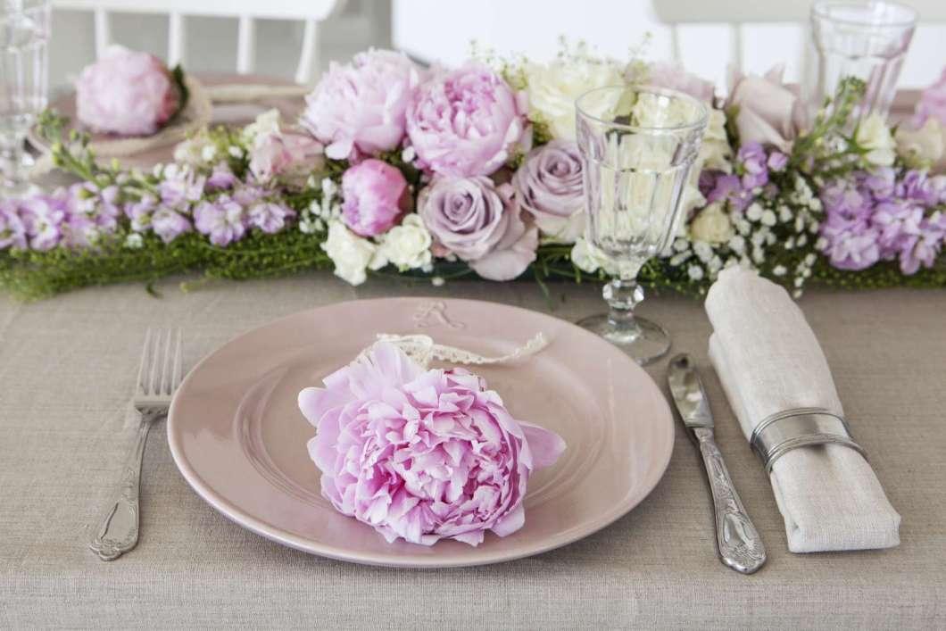 INTERIØRTIPS Borddekking-rosa-konfirmasjonsbord