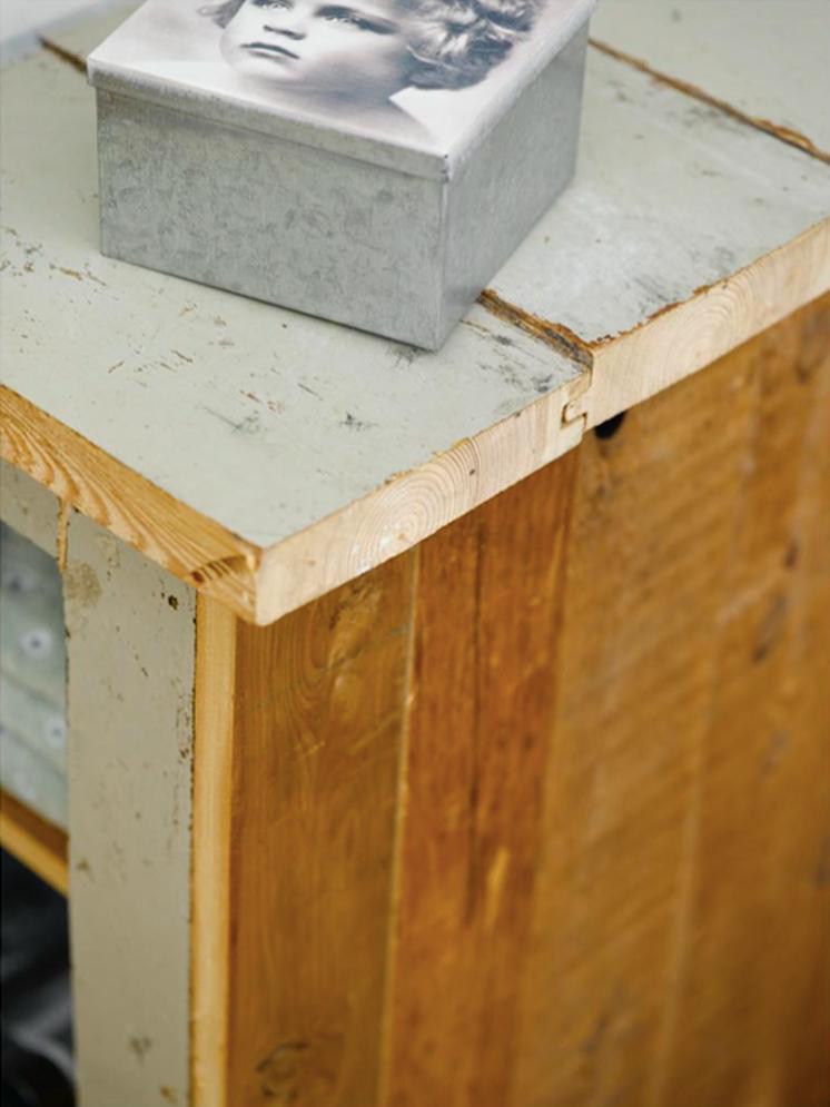 INTERIØRTIPS - DIY Miksen av malte og beisede bord gir sammen med den trehvite endeveden en fin effekt