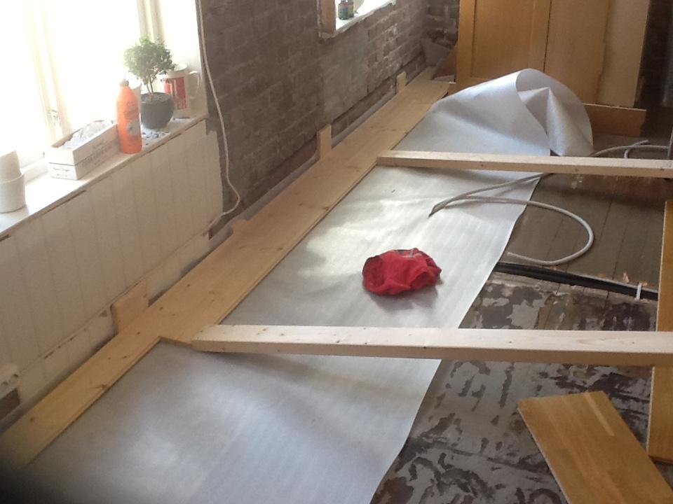 Kjøkken før og etter - snart nytt gulv