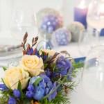 Konfirmasjonsbord med blå blomsterdekorasjoner