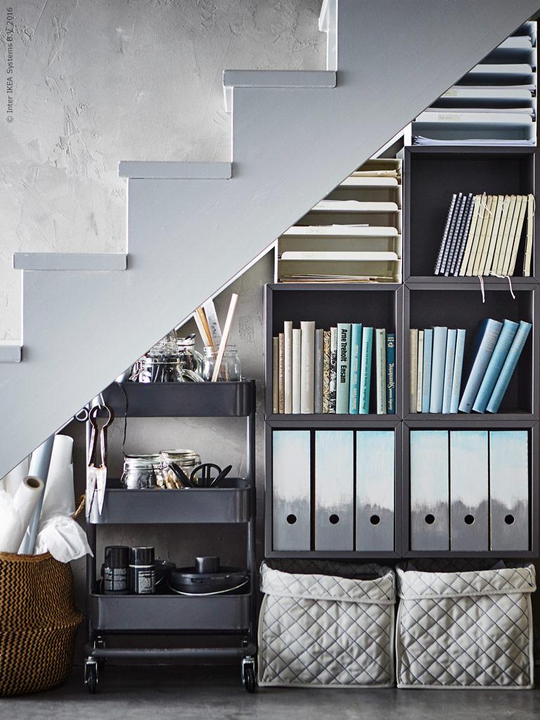INTERIØRTIPS Bruk trillebord til oppbevaring under trappen