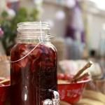 Rød sommerpunsj med sort te og rødvin