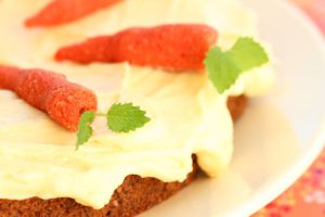 glutenfri-melkefrie-sukkerfrie-lavkarbo-gulrotkake-med-marsipangulrotter