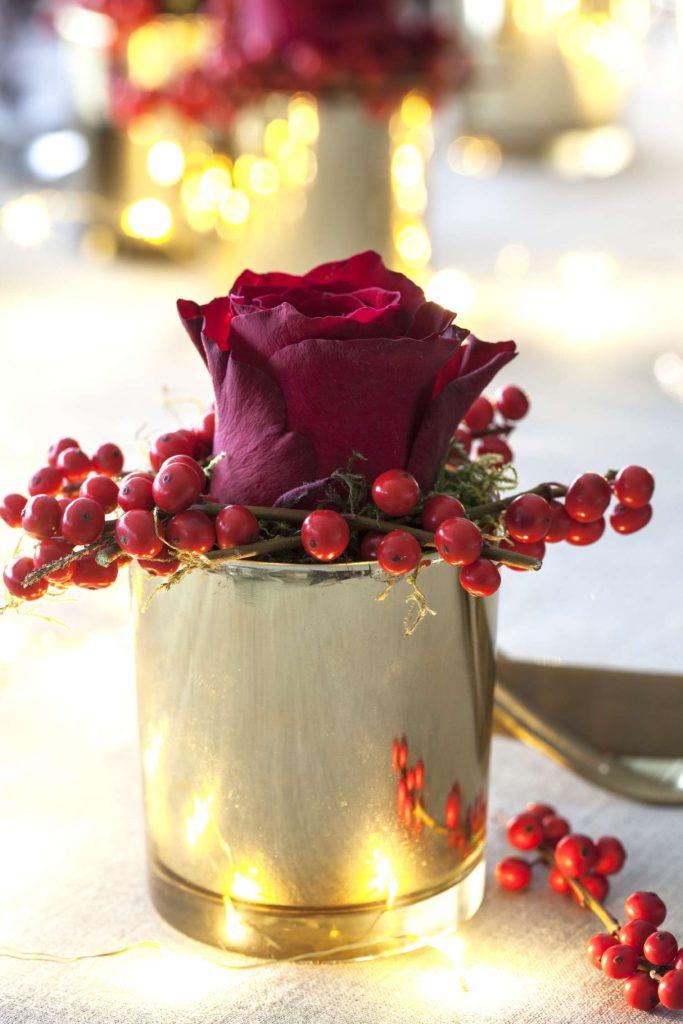 blomsterdekorasjon-med-rose-og-ilex