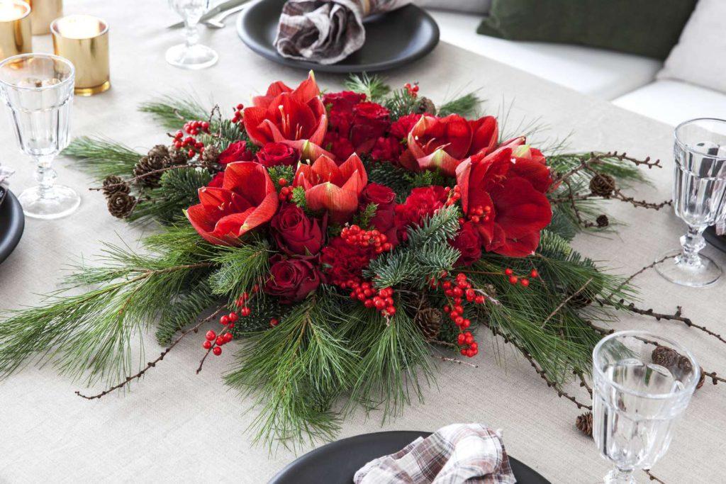 borddekorasjon-med-amaryllis-roser-og-ilex