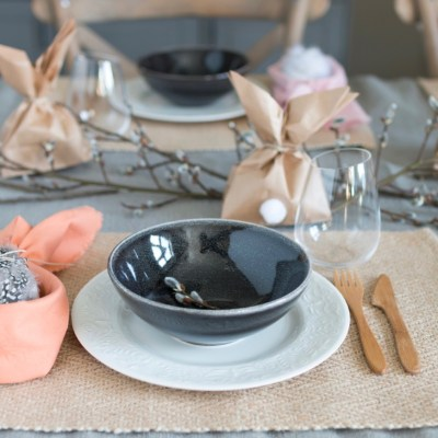 Påskebord med kaniner, egg, fjær og gåsunger