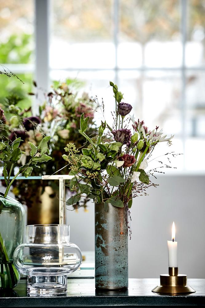 Vaser med buketter av markblomster