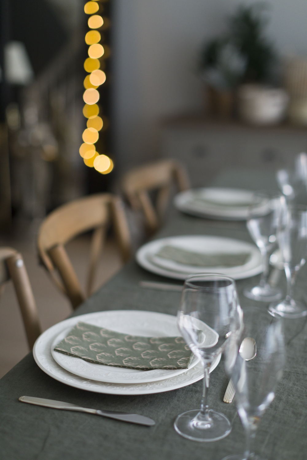 Christmas table the nordic way - typical scandinavian hygge with green and neutrals
