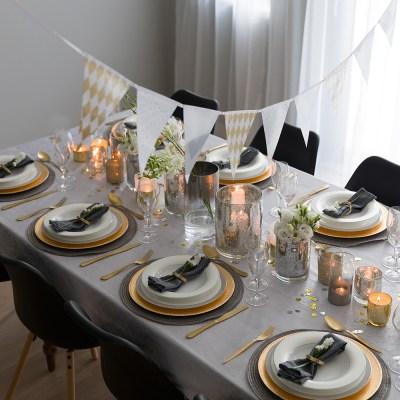 BORDDEKKING: Staselig nyttårsbord med gull og glam