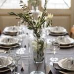 Klassisk bryllupsbord i nyanser av grått
