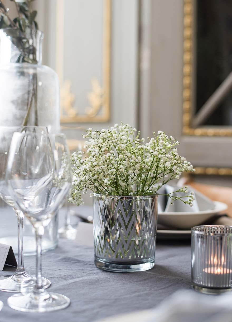 Bryllupsbord, konfirmasjonsbord eller festbord i grått, hvitt og grønt