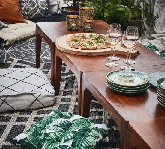 Hvordan lage fest på uteplassen- helt uten utemøbler? Bruk gulvet! Legg tepper, puter og pledd utover og sitt på gulvet. Min blogg: mariannedebourg.no