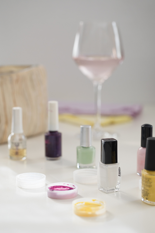 Decorate your nails for the party. It can match the colors on the table too! MY BLOG: Table Settings - Party - Cocktails
