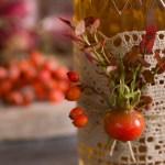 Dekorer flasken med nyper, blåbærlyng og rognebær