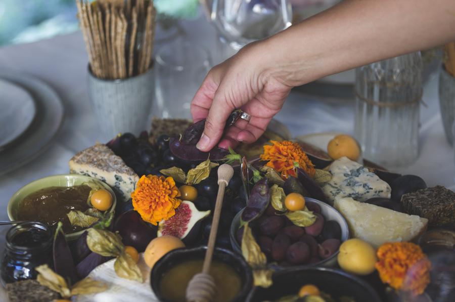 Her er mitt lekre ostefat med spiselige blomster - du kan også lage et sånt. Jeg viser hvordan på bloggen mariannedebourg.no