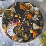 Mitt herlige ostefat pyntet med spiselige blomster