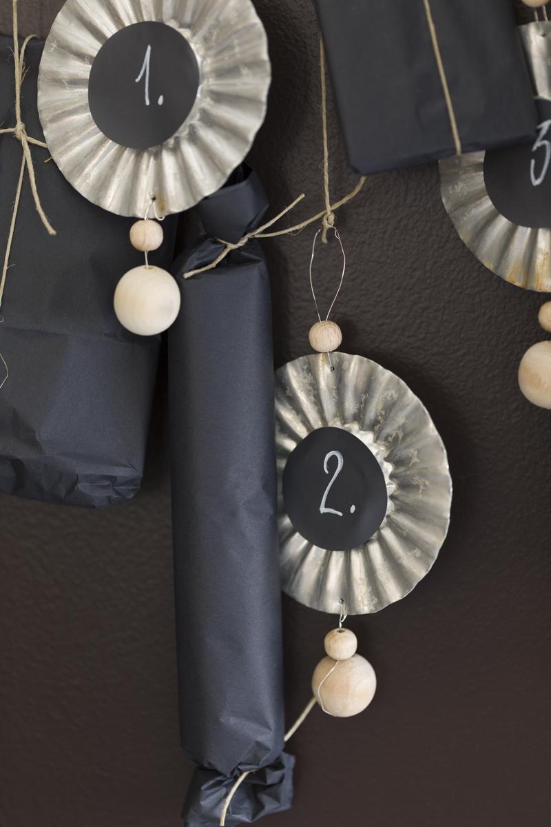 Hjemmelaget julekalender av kleshenger og sandkakeformer