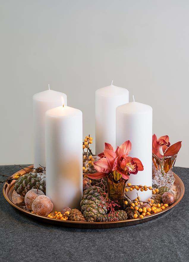 Adventsfat med blomster og kongler.