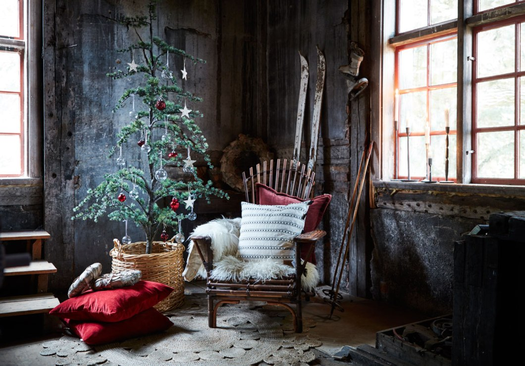Julemiljø fra en hytte i skogen.