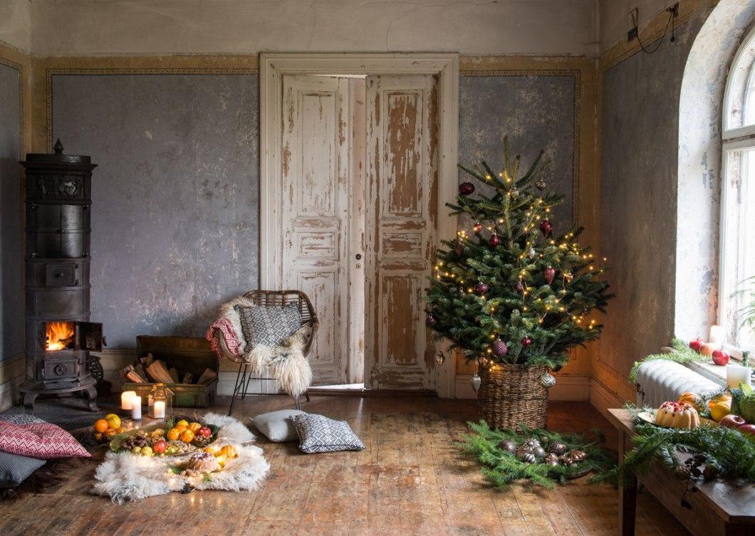 Pyntet juletre i rustikke omgivelser.