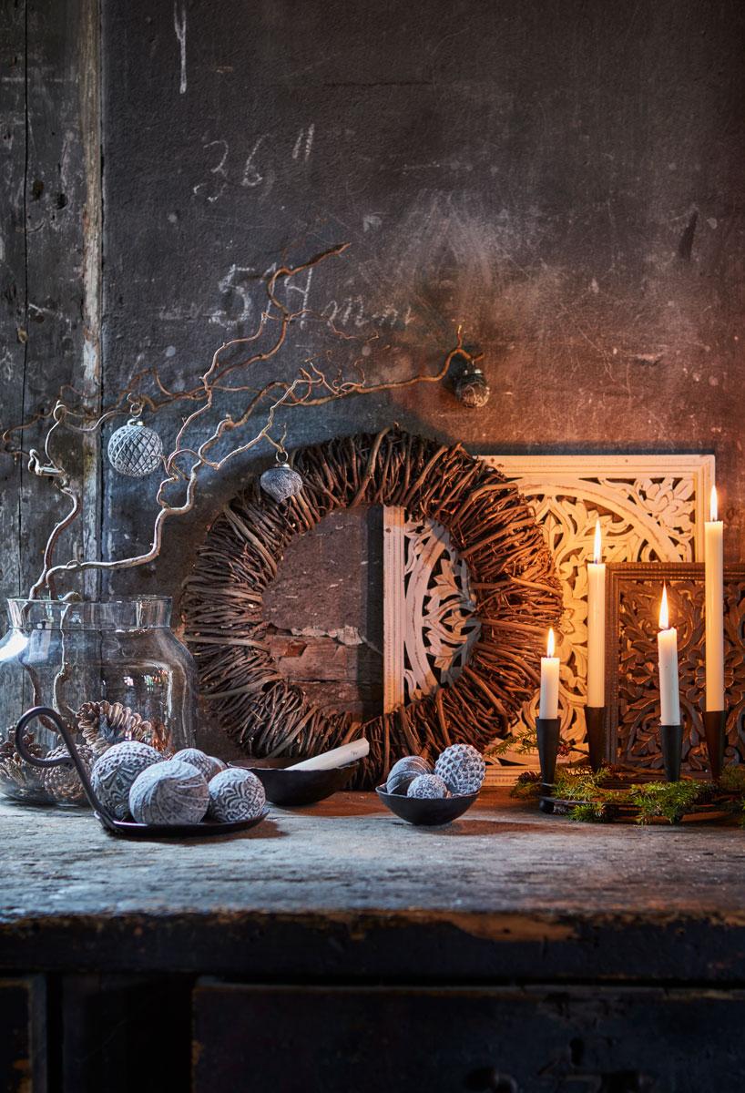 Adventskrans, dørkrans og kvister av trollhassel.