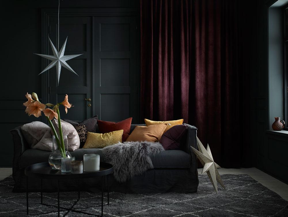 Stue med saueskinn, julegardiner, adventsstjerne og amaryllis.