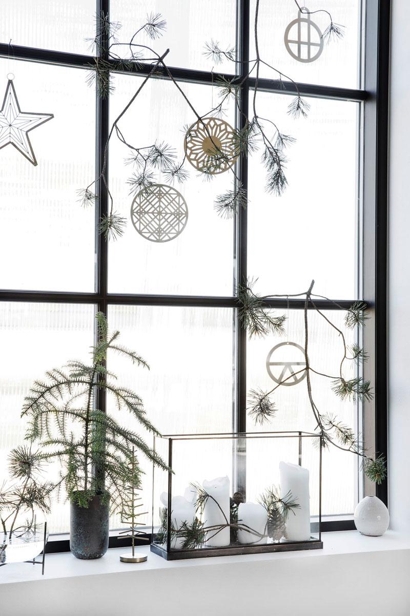 Vindu med minimalistisk julepynt.