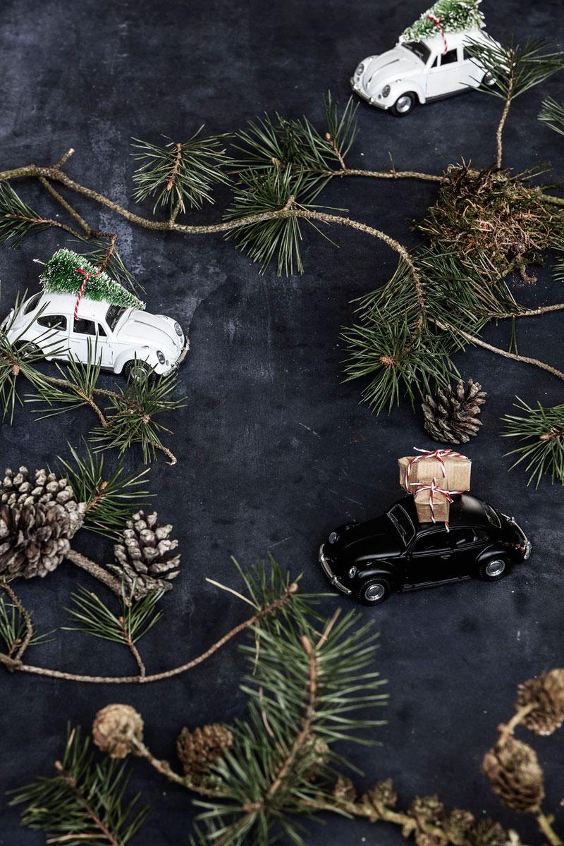 Biler med små julegaver på taket.