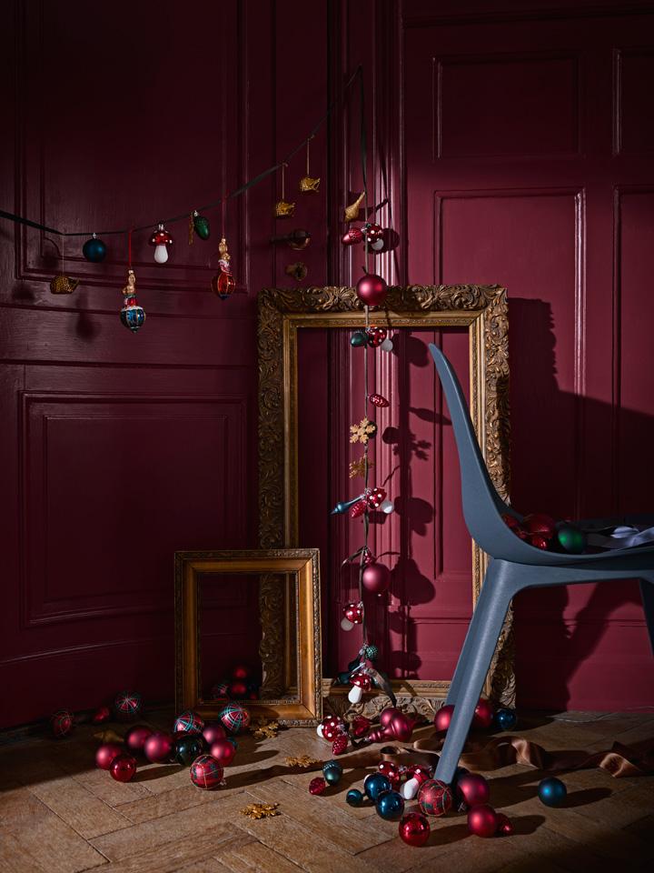 Leken og fargerik julekuler og annen juletrepynt.