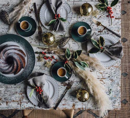 Pampasgress er brukt som bordpynt på en røff bordplate.