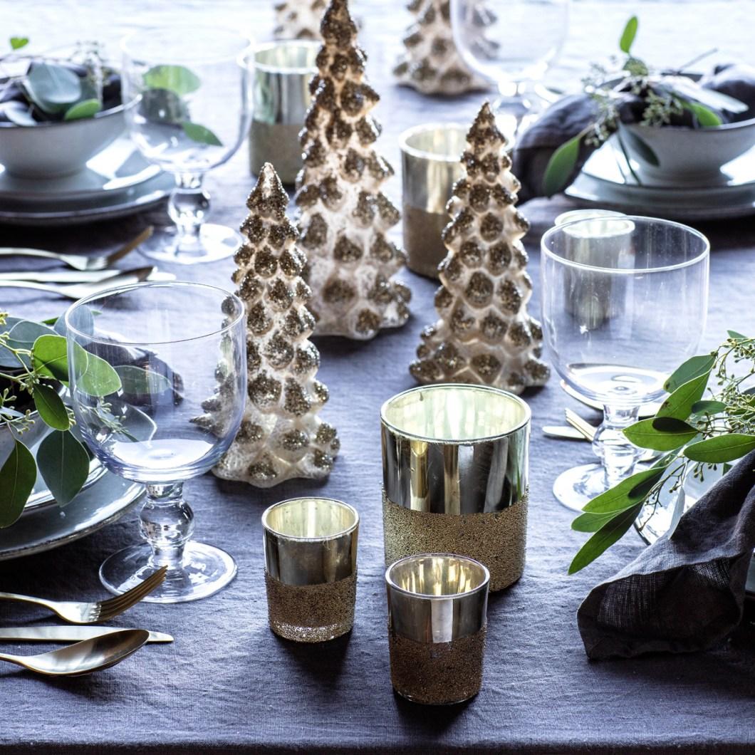 Pynt på julens festbord: Juletrær og lys.