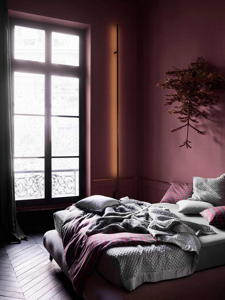 Herlig soverom i vinrødt med tekstiler i grått og rødrutet.