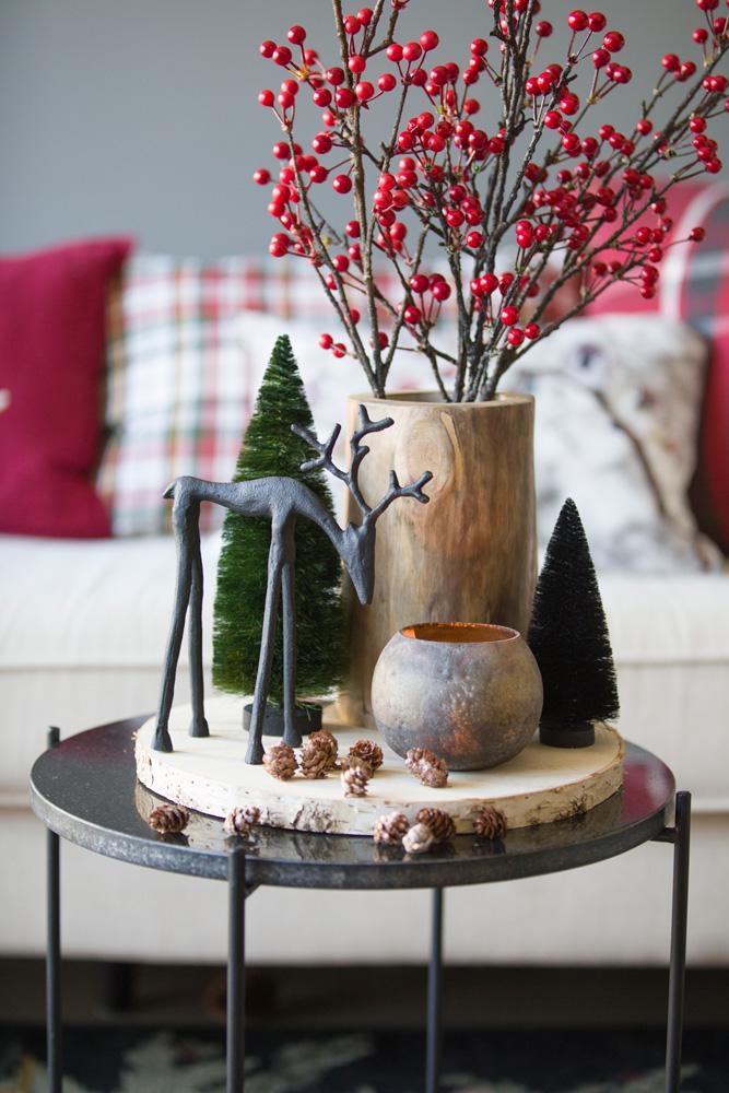 Et lite bord med en gruppe julepynt i klassisk stil.