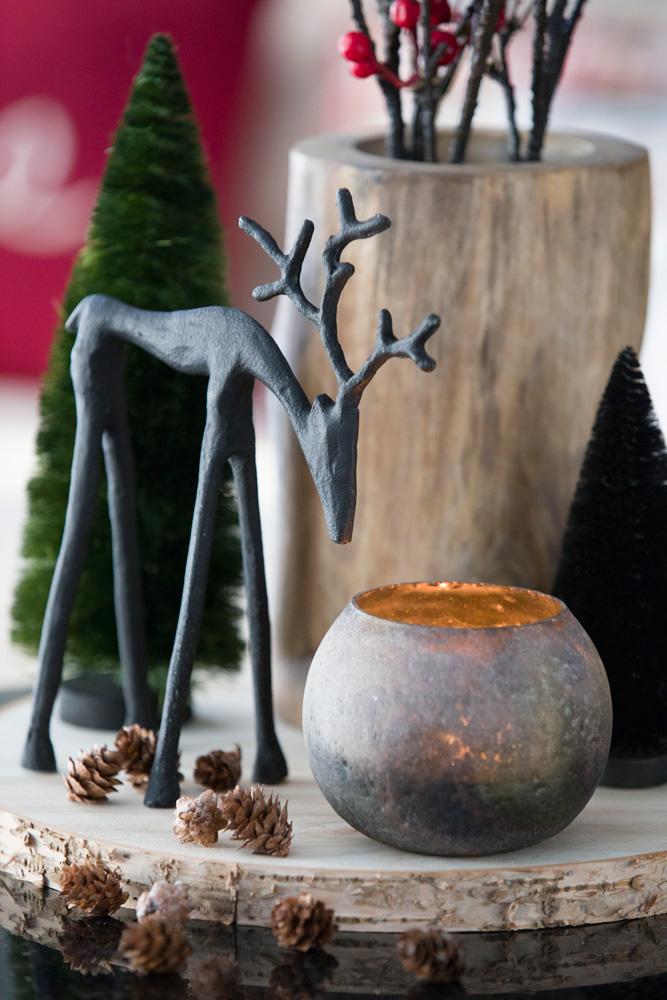 Detalj fra et reinsdyr og annen julepynt på et lite bord.