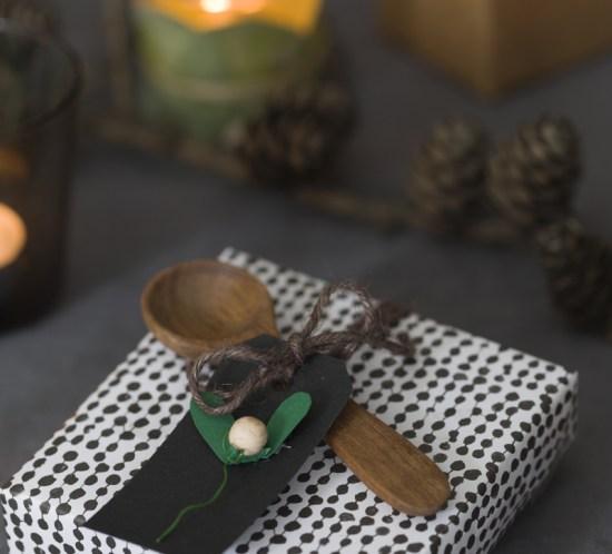 Julegave pyntet med en treskje og en hjemmelagd til og fra-lapp