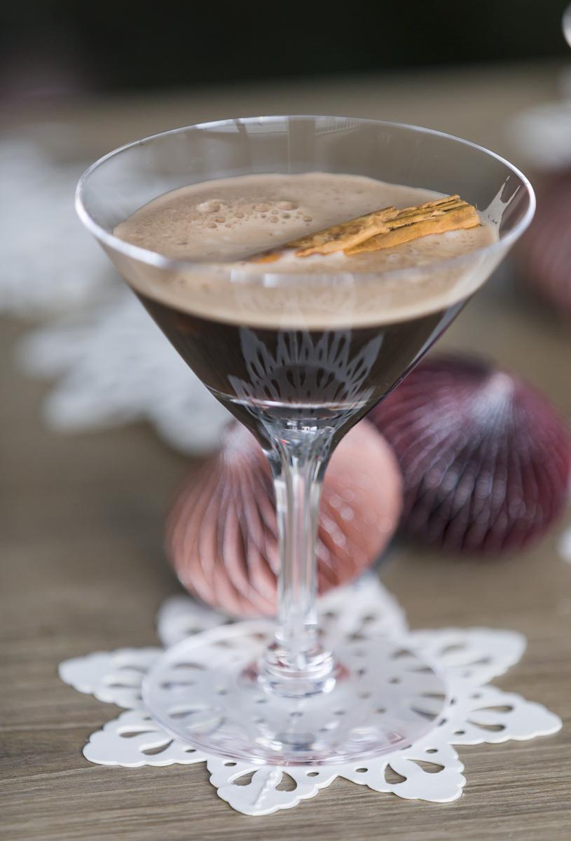 Martini Espresso i espressoglass, med kanelstang som pynt
