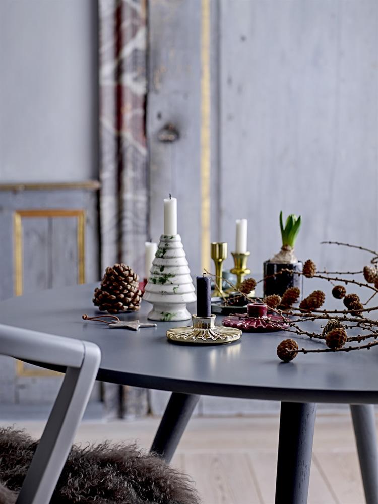 Julebord pyntet med lysestaker, kongler, lerkekvister og annen julepynt.