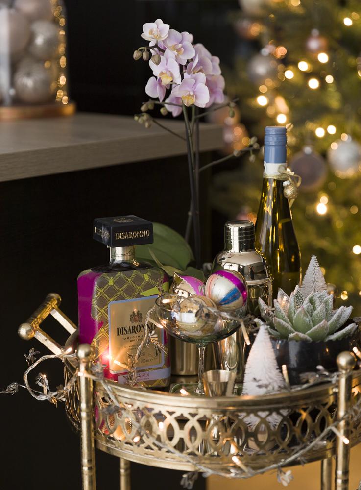 Bartralle - eller trillebord med fargerik julepynt.