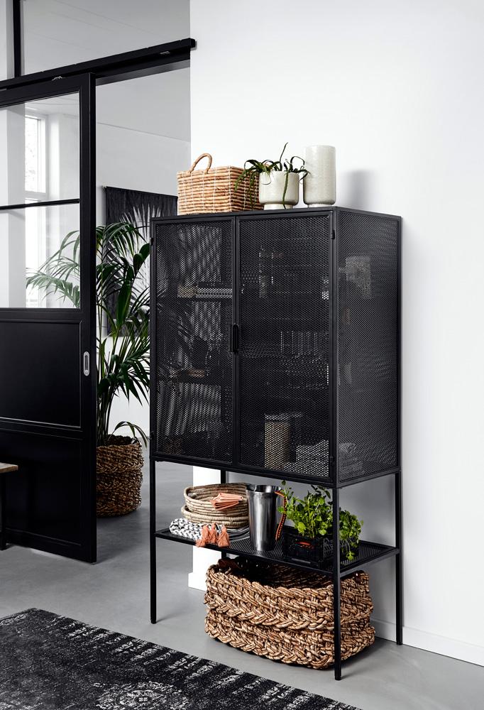 Vitrineskap i sort metall med nettingdører