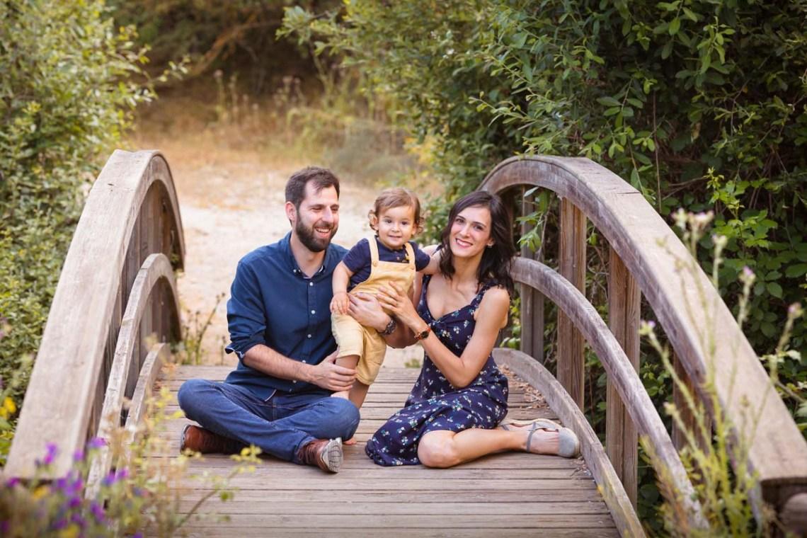 foto padres con niño en puente