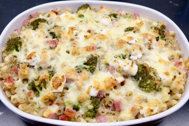 Makaronipudding med kassler, chèvre och broccoli