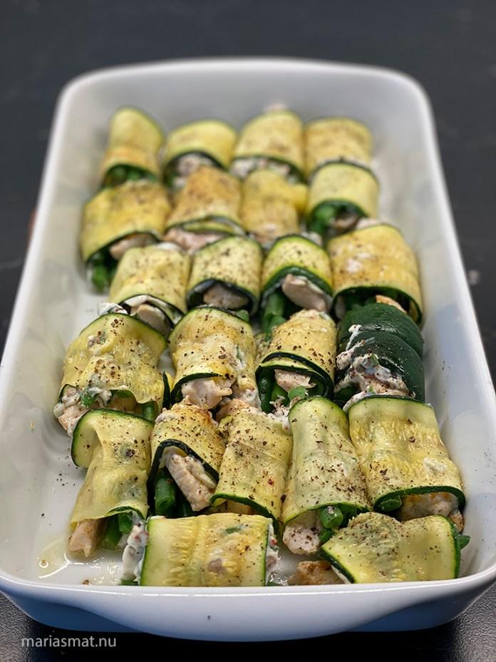 Zucchinirullar med kyckling och haricot verts